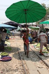 schienenmarkt in samut songkhram