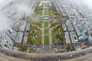 Urbaner Abgrund aus der Perspektive eines Selbstmordkandidaten. Paris, Eifelturm 2015