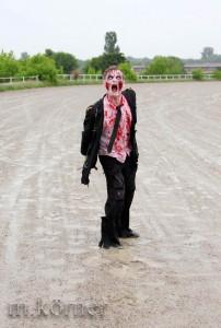 Welche Abgründe so ein Zombie hat, das weiß ich nicht. Aber vielleicht ist er selbst Einer, für diejenigen, die ihm in einer dunklen Seitenstraße begegnen.